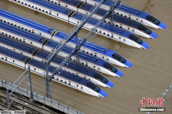 台风肆虐日本河川溃堤 这里的新干线列车全被淹了!(图)
