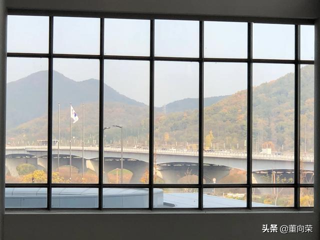 世宗市是韩国新的行政首都,位于首尔以南大约120公里,开车大概需要1个半小时到两小时。韩国政府从2007年开工建设新行政首都,目前世宗人口已有34万,有约1万多名政府部门工作人员和研究机构研究人员从首尔迁到世宗。青瓦台总统府、国会、国防部和外交通商部等机构仍将留在首都首尔。 交通事故 第4张