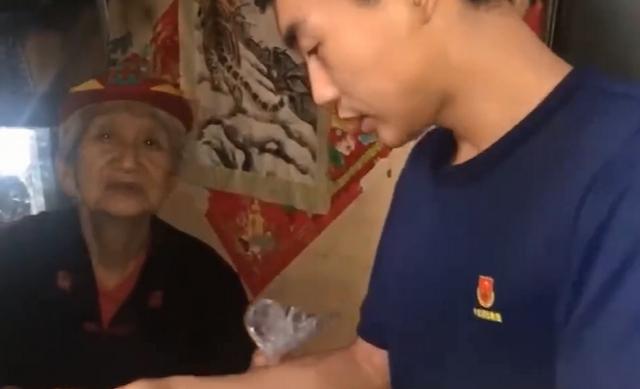 消防员为老人送饭1095天 假装是其孙子