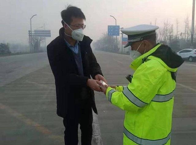暖心!阳谷交警正在路面执勤,他上前送上口罩