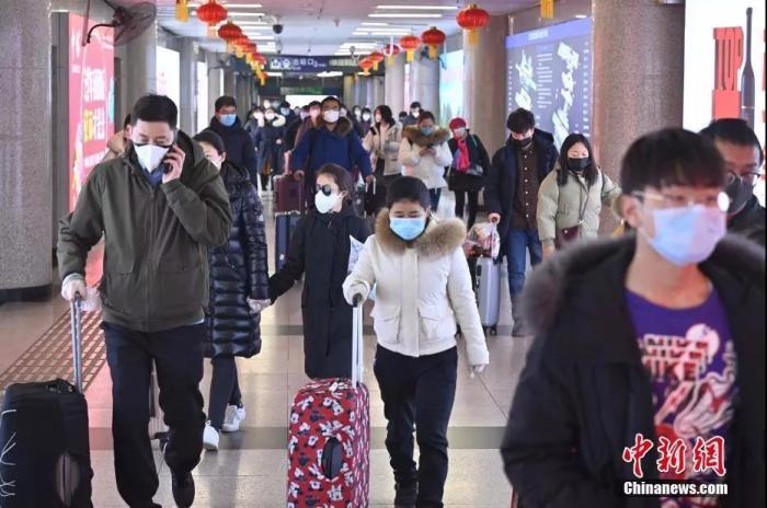 从北京西站出站的旅客基本全部佩戴口罩。中新社记者 张兴龙 摄  专家:出门没必要戴七八个口罩 可以重复使用 征地拆迁