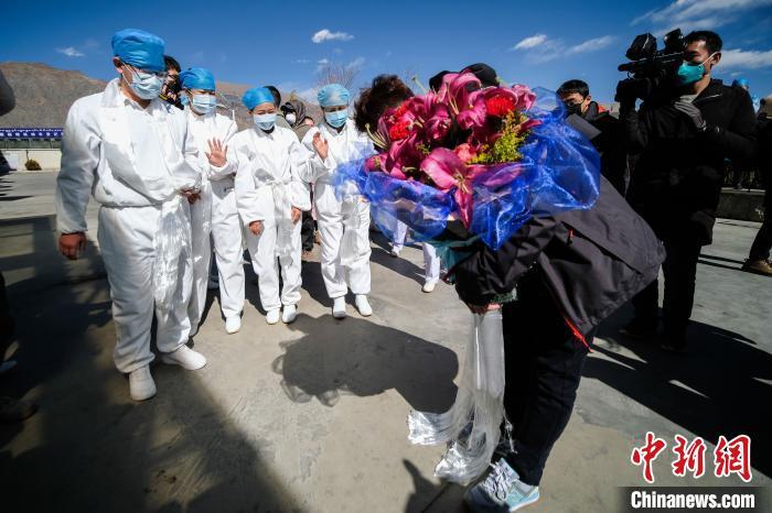 图为12日,西藏首例也是唯一一例新型冠状病毒肺炎确诊患者(中)向医务人员表示感谢。 何蓬磊 摄 唯一确诊患者治愈出院 西藏新冠肺炎病例归零 房产纠纷