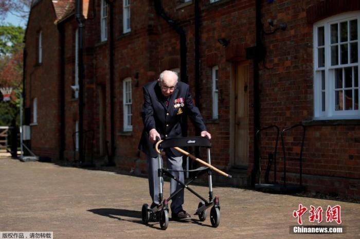 """英99岁老兵完成""""百圈行走""""目标 为医护筹款千万英镑"""